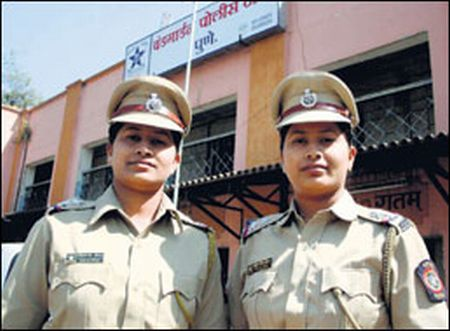 pune twin sisters sub inspectors